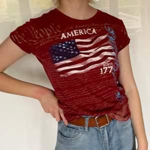 Eöd T-shirt med amerikanska flaggan på. Passar M och mindre. Personen på bilden har storlek S. Pris 50kr + frakt🌶