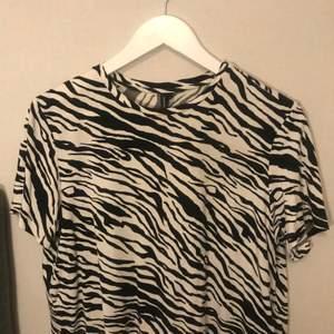 Zebra mönster på hela tröjan