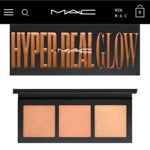"""OÖPPNAD Highlight-palette i färgen """"Shimmy peach"""" från MAC. Kan användas som highlighter, blanda med sin blush, ögonskugga eller på kroppen exempelvis. Nypris 515:- på macs hemsida. Perfekt present :) frakt ingår."""