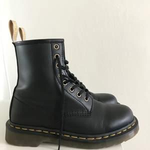 Säljer ett par svarta Dr Martens - Vegan Black (ej äkta läder). Fint skick. Storlek 38. Ursprungspris: 1800:-