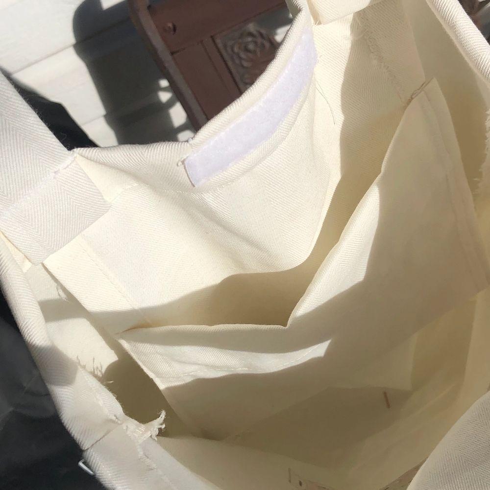 En självsydd och målad tygpåse med måtten 40•45cm, extra långa axelband. Påsen går att stänga med kardborreband och har en innerficka för mobil/hörlurar/plånbok. 🥰✨🌿. Väskor.