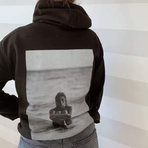 Säljer dessa hoodies under mitt uf-år! Trycket syns bättre på bild nummer.2💓 i första släppet finns det två tryck och två färger, dessa hittar ni på vår Instagram @xhood_uf 🤩 (strl.s-4xl)
