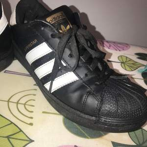 Svarta Adidas skor