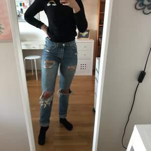 Säljer nu mina jeans från bik bok som tyvärr blivit försmå🥺 Endast använda ett fåtal gånger  (nypris 600kr)