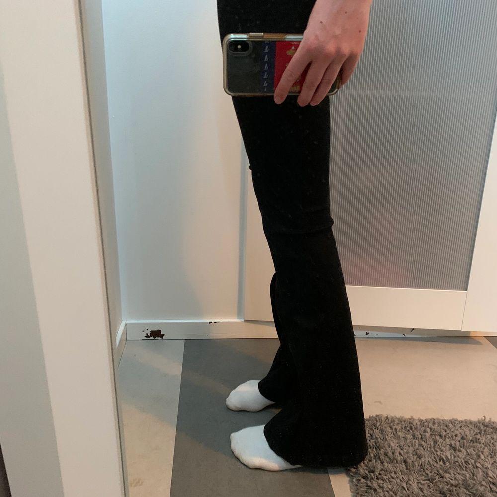 Supersnygga Bootcut-jeans från Zara, säljer pga att de blivit försmå för mig! Jag är 1.71 och de är i bla längd för mig☺️ frakt tillkommer på 60kr. Skriv om du är intresserad!. Jeans & Byxor.