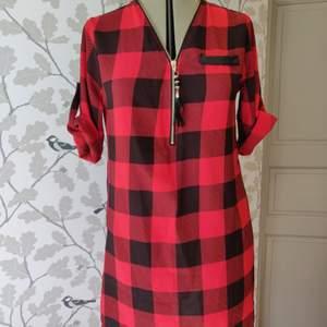 Skjortklänning med justerbar dragkedja, spets i ryggen, fakeficka på bröstet, bra skick. 70kr +frakt