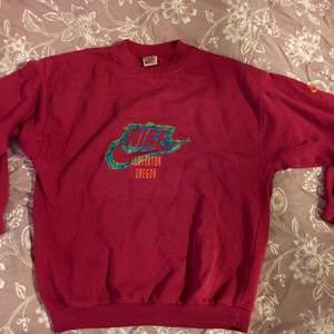 Coolaste Nike tröjan, vintage från 80/90-talet. Den är rosa/röd och är strl M/L skulle jag säga. 400 + frakt/porto