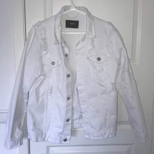 """Asball vit jeansjacka med slitningar. Aldrig använd då den inte riktigt är min typ av """"stil"""". Storlek S men är oversized så passar en M/L också beroende på hur man vill att den ska sitta. Köpt för 600kr men säljer från 175+frakt eller bud!!  🦋"""