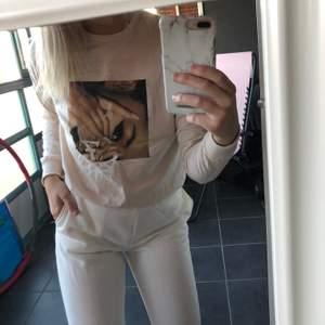 En ljusrosa Ariana Grande tröja, från H&M storlek S. Väldigt fin och enkel, använd endast en gång.✨ köparen står för frakten
