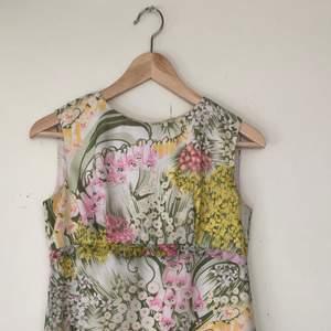 Somrig klänning från 60-talet. Upplever den som ljusare i färgerna än vad bilderna förtäljer, och den har även en insydd vit underkjol i satin-liknande material. Har tyvärr växt ur den men hoppas någon kan få älska den igen! 🌻 fler bilder finns 💕