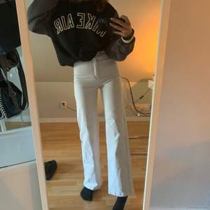 Säljer dessa jättefina jeans från Wera sthlm då jag inte får användning av dem, är 170 och frakt tillkommer✌🏼