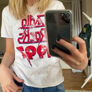 T-shirt från Zadig&Voltaire med ett starkt rött tryck på! Inget fel på den utan säljes pga ingen användning💜💫