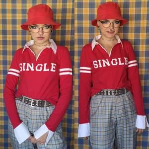 Så cool sportig tröja i tight modell, står stl 34-36 vilket jag tycker är så den sitter också. Har skjortdetaljer på ärmslut och som krage. I bra skick. Frakten för denna ligger på 44 kr, samfraktar gärna👍😊