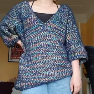 Färgglad och mjuk tröja från Monki. Oversize.
