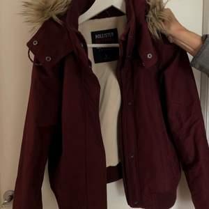 Hollister vinter/vår jacka i en mörkröd färg. I väldigt gott skick! Pris kan diskuteras vid snabb affär! Kan fraktas och betalas gärna med Swish!