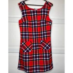 Superfrän röd flanell klänning, är nedpasserad generationer så den är definitivt unik! Den har två fickor på framsidan! {Köpare står för frakt eller hämtar i Upplands Väsby!}