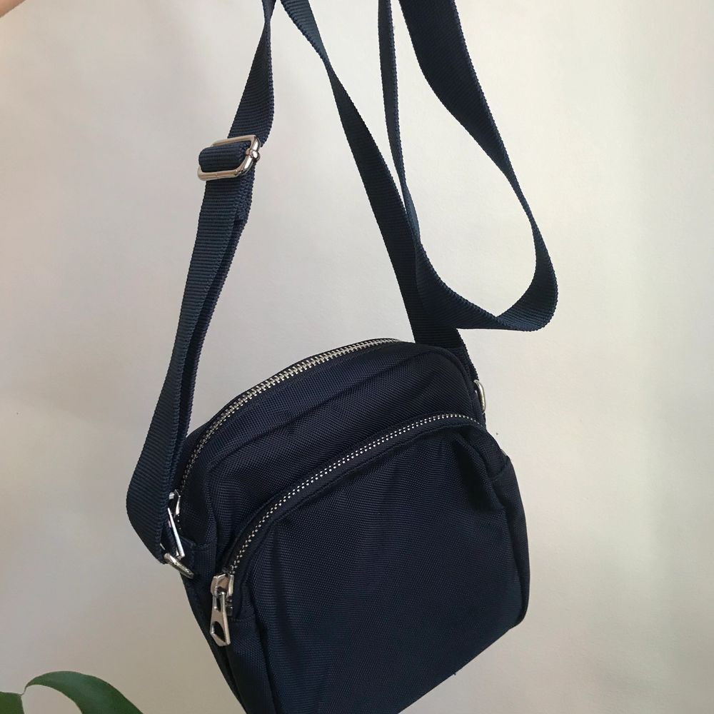 Snygg mörkblå väska ifrån weekday, säljer då den inte används så mycket. Väskan är i mycket bra skick och nästan som ny. Man kan enkelt ändra längden på väskan säljer den för 100kr. Väskor.