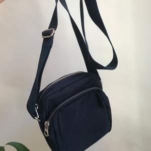Snygg mörkblå väska ifrån weekday, säljer då den inte används så mycket. Väskan är i mycket bra skick och nästan som ny. Man kan enkelt ändra längden på väskan säljer den för 100kr