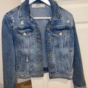 Väldigt sparsamt använd jeansjacka ifrån Zara.