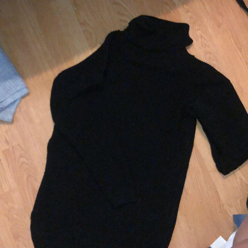 Stickad polo klänning från boohoo, använd 1 gång i ca 20 min. . Stickat.