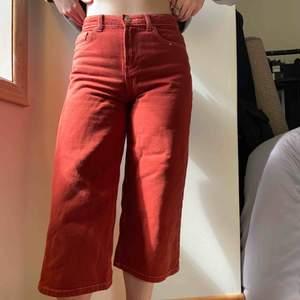 """Superfina roströda """"Culotte"""" jeans från Bershka! Använde dessa förra sommaren men de är fortfarande väldigt bra kvalitet! Jag är 168cm lång☺️ Köparen står för frakten🧚🏼♀️💕"""