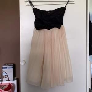 Klänning som passar perfekt till olika event! Klänningen är väldigt stretchig då jag skulle kunna säga att den passar för både XS/S😍 köparen står för frakten!