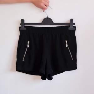 Svarta tunna shorts! Perfekt till sommaren men för små för mig tyvärr, skulle säga att dom passar S bättre 🖤 frakt på 42:-
