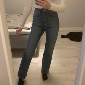 Super snygga blåa raka jeans ifrån nakd. Jag är 160 cm, endast testade.                                           Nypris: 500kr.