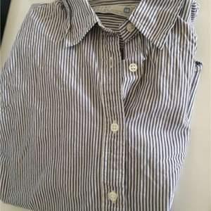 Zara skjorta blå vit randig i storlek 150-155cm(passar en mindre xs/xs). Knappt använd pga att den är för liten