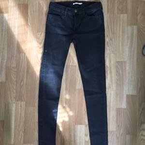 Jeans från Levis modell Super skinny strl 29x32, svart-grå färg.  Bara använda några gånger så fint skick 😊
