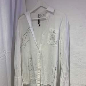 skjorta i linne med jättefina tryck, köpare står för frakt❤️