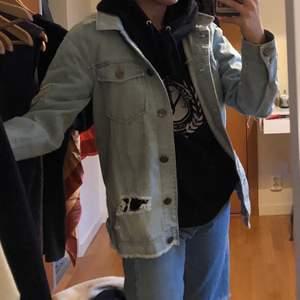 Jeansjacka med skitsnygg rosdetalj på ryggen. Kom aldrig till användning för mig, köpare står för frakt ⚡️⚡️