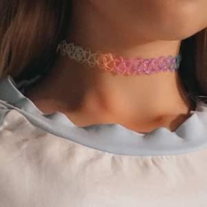 """Ett gulligt och fint kraghalsband även kallat """"choker"""". Nästan helt oanvänt så väldigt bra kvalitet på den💓 Är i regnbågs färger och passar alla storlekar:)"""