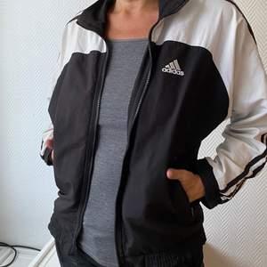 🤍 Vintagejacka från Adidas i svart och vit. Supersnygg till ett par vida jeans. Passar XS-S. Jag betalar halva frakten. 🤍