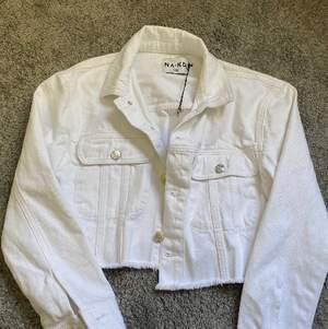 Helt oanvänd jeansjacka från nakd, modellen är croppad. Köpt för 300kr. Jättebra skick!! Köparen står för frakten på 62kr:))