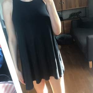 Svart flowig Hollister klänning. Den är ganska kort på mig som är 173 cm. Fint skick den är lite smått noppig. Frakt tillkommer på 44 kr. Hör av dig vid frågor eller om du vill ha fler bilder 👗