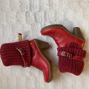 Vinröda läder stövlar med klack från The art company. Fint skick och helt rena. Köpta för 1500kr i Spanien