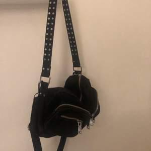 Säljer min svarta noella väska (denna lila modellen tror jag). Sparsamt använd och är i ett bra skick.