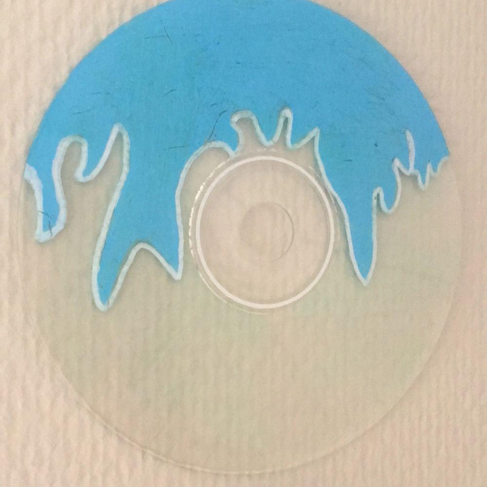 En cd-skiva målad med blåa eldsflammor. . Övrigt.