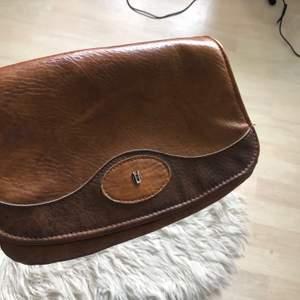 Säljer en väska som är min mammas gamla, dock saknas band till den 💛