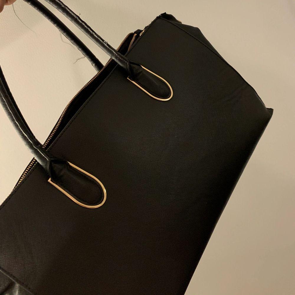 Rymlig väska. Väskor.