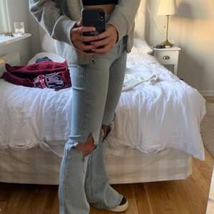 Säljer mina supersnygga jeans från mango! Strl 34 men är ganska stretchiga så passar även strl 36! Har klippt dem själva och även slitsen❤️ kunden står för frakt