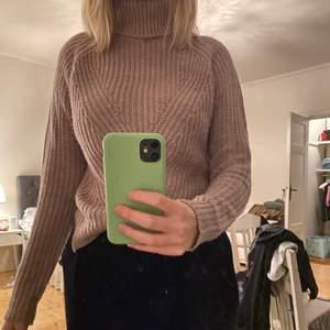 Fin stickad tröja från vero Moda. Tröjan är i färgen mauve och är i bra skick. Säljer för 150kr nypris 399kr. Storleken är xs men passar s också