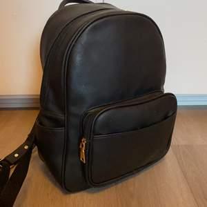 Säljer min gamla ryggsäck. Den är ca 32 cm på höjden och ca 26 cm på bredden. Den har ett stort fack, ett litet fack på framsidan och ett litet fack på baksidan. Den är lite sliten på vissa ställen men det är inget som märks när man har den på sig. Jag säljer den för 100 kr plus frakt.