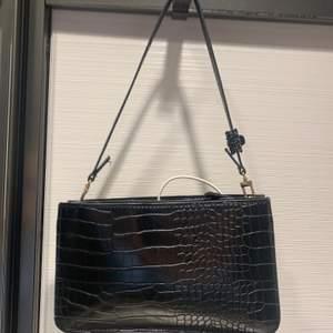 Svart väska från mango. Finns även ett längst band till den. Den är i nyskick.