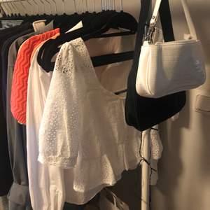 Oanvänd topp från Gina tricot i strl 34, köptes sommaren förra året. Skriv för fler bilder🤍