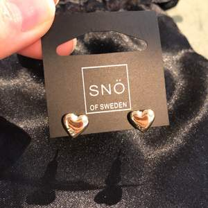 Jättefina hjärtformade guldiga örhängen från Snö of sweden, aldrig använda, 100kr+ 11kr frakt🌟