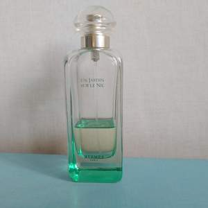 Klassiker från Hermes! Mycket fräsch unisex citrusdoft. 100 ml flaska, varan ca 20-30 kvar som du ser på bilden. Har förvarats svalt och mörkt! Doftar som den ska. Används ej längre då jag har många andra jag använder och säljs därför (eller byts mot någon annan parfym :) kom med förslag!