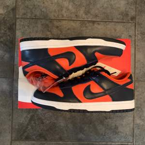 Tja! Säljer nu ett par Nike dunks champ colors de är 10/10 i skick aldrig använda, vill ni ha fler bilder skicka dm. Skorna är storlek 40.                                                                         Har ni några frågor hör gärna av er