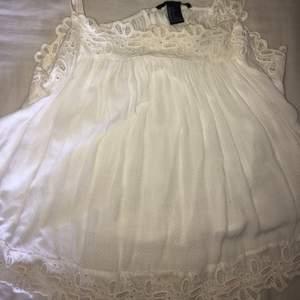 Jätte gulligt litet vitt linne från forever 21, som inte kommer till användning längre. Hör av dig vid intresse!💕